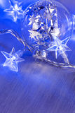 Bola de cristal de la Navidad con las luces Imágenes de archivo libres de regalías