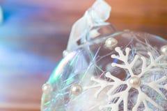 Bola de cristal de la Navidad con los copos de nieve en guirnalda azul clara Imagen de archivo