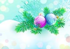 Bola de cristal de la Navidad en el contexto del árbol de la rama Imagen de archivo libre de regalías