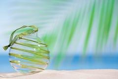 Bola de cristal de la Navidad en la playa con el fondo del paisaje marino Fotografía de archivo libre de regalías