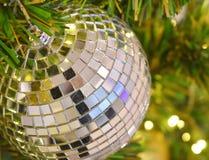 Bola de cristal decorada na árvore de Natal com tom da luz amarela como um fundo borrado fotos de stock royalty free