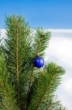 Bola de cristal en el árbol de navidad Foto de archivo libre de regalías