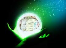 Bola de cristal en la mano fotografía de archivo libre de regalías