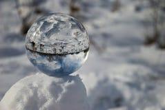 Bola de cristal en nieve Fotos de archivo libres de regalías