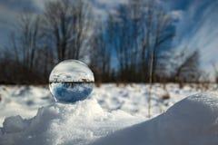 Bola de cristal en nieve Imágenes de archivo libres de regalías