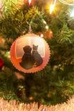 Bola de cristal hecha a mano hermosa con los animales en el árbol de navidad imagenes de archivo