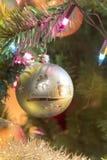 Bola de cristal hecha a mano hermosa en el árbol de navidad imagen de archivo libre de regalías