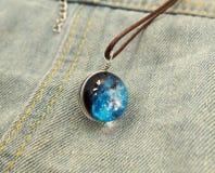 Bola de cristal de incandescência disparada no fundo do jeanse Imagens de Stock Royalty Free