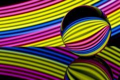 Bola de cristal de néon com iluminação de néon colorida atrás foto de stock