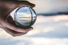 bola de cristal na praia fotos de stock