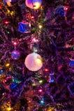 Bola de cristal na ?rvore de Natal com ilumina? Fotografia de Stock