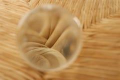 Bola de cristal que amplia a textura embaixo fotos de stock