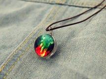 Bola de cristal que brilla intensamente tirada en fondo del jeanse Fotografía de archivo