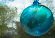 Bola de cristal soplada mano del verde azul Imágenes de archivo libres de regalías