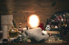 Bola de cristal y cartas de tarot El seance Lectura del destino y del futuro Foto de archivo