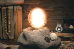 Bola de cristal y cartas de tarot El seance Lectura del destino y del futuro Fotos de archivo