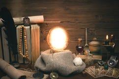Bola de cristal y cartas de tarot El seance Lectura del destino y del futuro Fotografía de archivo libre de regalías