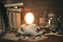 Bola de cristal y cartas de tarot El seance Lectura del destino y del futuro Imágenes de archivo libres de regalías