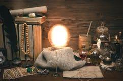 Bola de cristal y cartas de tarot El seance Lectura del destino y del futuro Fotos de archivo libres de regalías