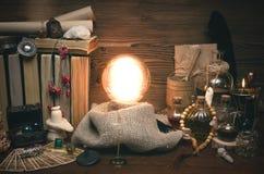 Bola de cristal y cartas de tarot El seance Lectura del destino y del futuro Foto de archivo libre de regalías