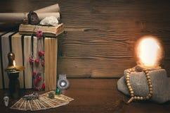 Bola de cristal y cartas de tarot El seance Lectura del destino y del futuro Imagen de archivo
