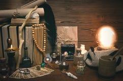 Bola de cristal y cartas de tarot El seance Lectura del destino y del futuro Imagen de archivo libre de regalías