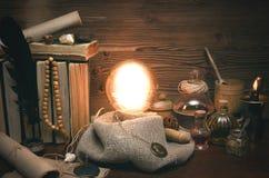 Bola de cristal y cartas de tarot Lectura futura Adivinación del destino Imágenes de archivo libres de regalías