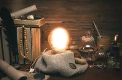 Bola de cristal y cartas de tarot Lectura futura Adivinación del destino Imagenes de archivo