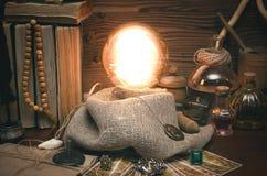 Bola de cristal y cartas de tarot Lectura futura Adivinación del destino Fotos de archivo