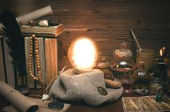 Bola de cristal y cartas de tarot Lectura futura Adivinación del destino Foto de archivo