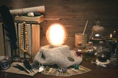 Bola de cristal y cartas de tarot Lectura futura Adivinación del destino Fotografía de archivo libre de regalías