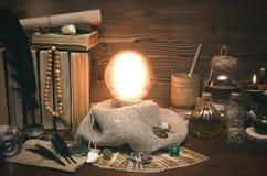 Bola de cristal y cartas de tarot Lectura futura Adivinación del destino Fotografía de archivo