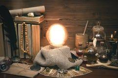 Bola de cristal y cartas de tarot Lectura futura Adivinación del destino Foto de archivo libre de regalías