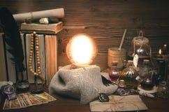 Bola de cristal y cartas de tarot Lectura futura Adivinación del destino Fotos de archivo libres de regalías