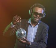 Bola de discoteca afroamericana del hombre sobre fondo negro foto de archivo libre de regalías