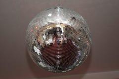 Bola de discoteca brillante en el pasillo para las bodas Imágenes de archivo libres de regalías