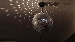 Bola de discoteca chispeante giratoria Concepto de partido de la noche almacen de metraje de vídeo
