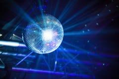 Bola de discoteca con los rayos, fondo del partido imagenes de archivo