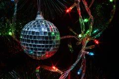 Bola de discoteca de la decoración del árbol de navidad Imagen de archivo libre de regalías