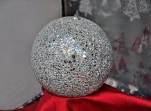 Bola de discoteca en la ventana de tienda imagen de archivo libre de regalías