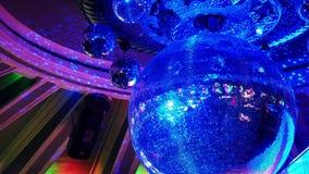 Bola de discoteca en un club nocturno almacen de metraje de vídeo