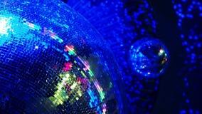 Bola de discoteca en un club nocturno metrajes