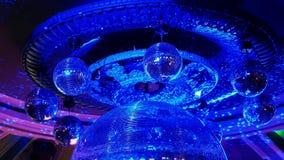 Bola de discoteca en un club nocturno almacen de video
