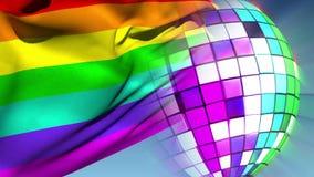 Bola de discoteca que gira con la bandera del orgullo gay almacen de metraje de vídeo