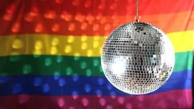 Bola de discoteca que gira contra bandera del orgullo gay almacen de video