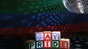 Bola de discoteca que hace girar sobre bloques del orgullo gay almacen de metraje de vídeo