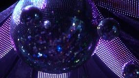 Bola de espejo brillante en la iluminación del club de noche, atmósfera festiva, concierto metrajes