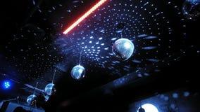 Bola de espejo del disco de la iluminación del color en sitio oscuro almacen de video