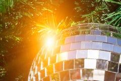 Bola de espejo en el árbol de navidad con la reflexión de la chispa Fotografía de archivo