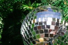 Bola de espejo en el árbol de navidad con la reflexión de la chispa Foto de archivo